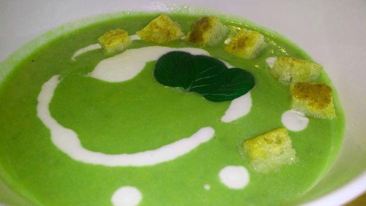 Este o supa de mazare usoara, care poate fi servita si la pranz dar si seara.