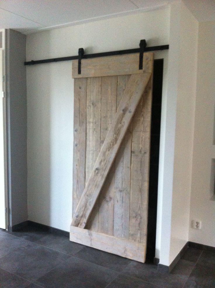 Steigerhouten deur, hangend aan een zwarte rail. Super leuke oplossing als je weinig ruimte hebt thuis of om sfeer aan te brengen!