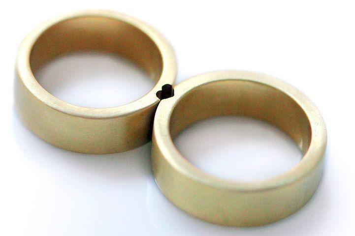 Op het eerste gezicht lijken deze ringen los van elkaar niet zo bijzonder. Geen grote diamanten of opvallende designs die de aandacht trekken. Maar houd je 'm naast de andere ring, dan is het een match. Er ontstaan namelijk boodschappen, figuren, of je kunt de initialen van jou en je partner (of beste maatje) tevoorschijn …