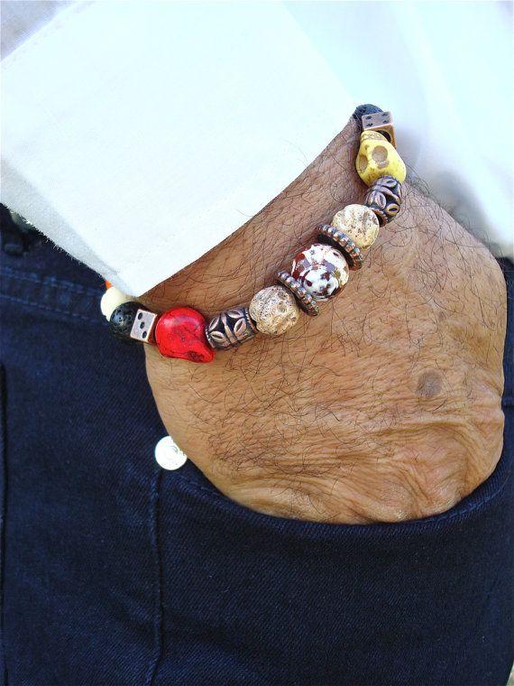 Herren Rocker Armband mit bunten Skulls geschnitzten Howlith, geschnitzten Stein und Holz, schwarze Lava, Amber Feuer Achat, Coper Würfel und filigran. Ein wirklich OOAK künstlerische Stück mit einem Array von satten Farben, Texturen und Formen. Sehr elegantes Armband passt eine Handgelenk von 7 1/2 bis 8 1/2 Zoll, da es mit qualitativ hochwertige elastische Schnur Perlen wurden hat. Lassen Sie mich wissen, wenn ich es auf Ihre Größe anpassen soll.  Lava Die Macht des Feuers innerhalb, Kraft…