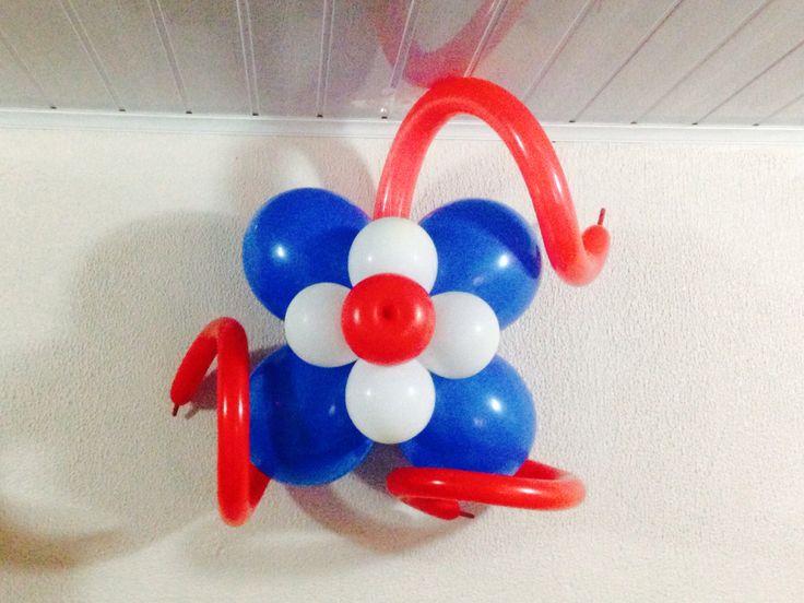 Flor con globos con colores patrios, paredes o columnas.