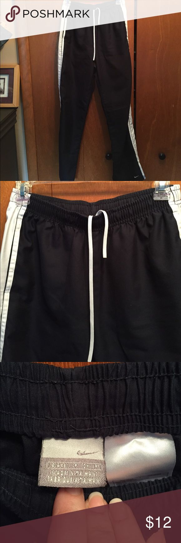 Nike Running Pants Navy Sz S 4-6 Good Cond Nike Running Pants Navy Sz S 4-6 Good Cond - a few pain splatter spots please see pictures, no snags or pilling, drawstring pulls Nike Pants Track Pants & Joggers