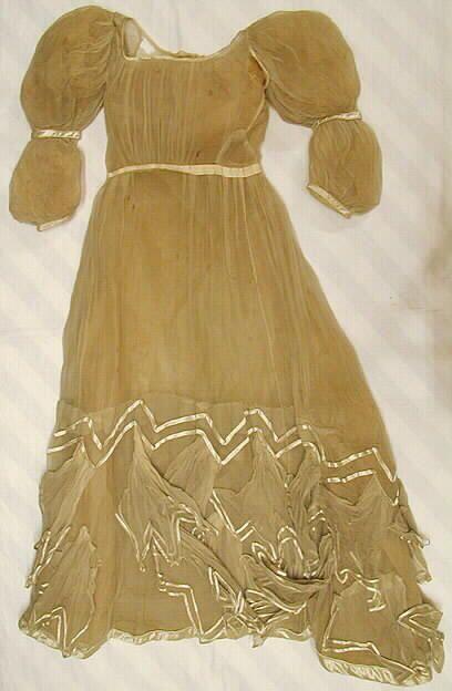 Naisten leninki valkoista sifonkia. Yläosa ja hame yhteen ommellut. Yläosa on ommeltu yhdestä rypytetysta etu- ja kahdesta sivu- sekä kahdesta takakappal... leninki, 1820-luku | Turun museokeskus | Museo Finna