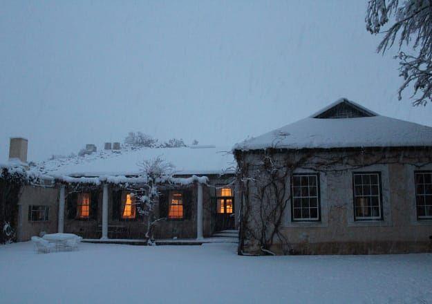 Kyk hoe dik lê die sneeu by Melton Wold Guest Farm in Victoria-Wes!