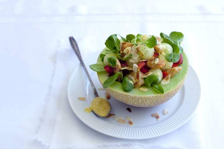 Kijk, zo kun je ook een zomersalade serveren. Met meloenbolletjes, knapperige paprika en amandelschaafsel, puur zomer! - Recept - Allerhande