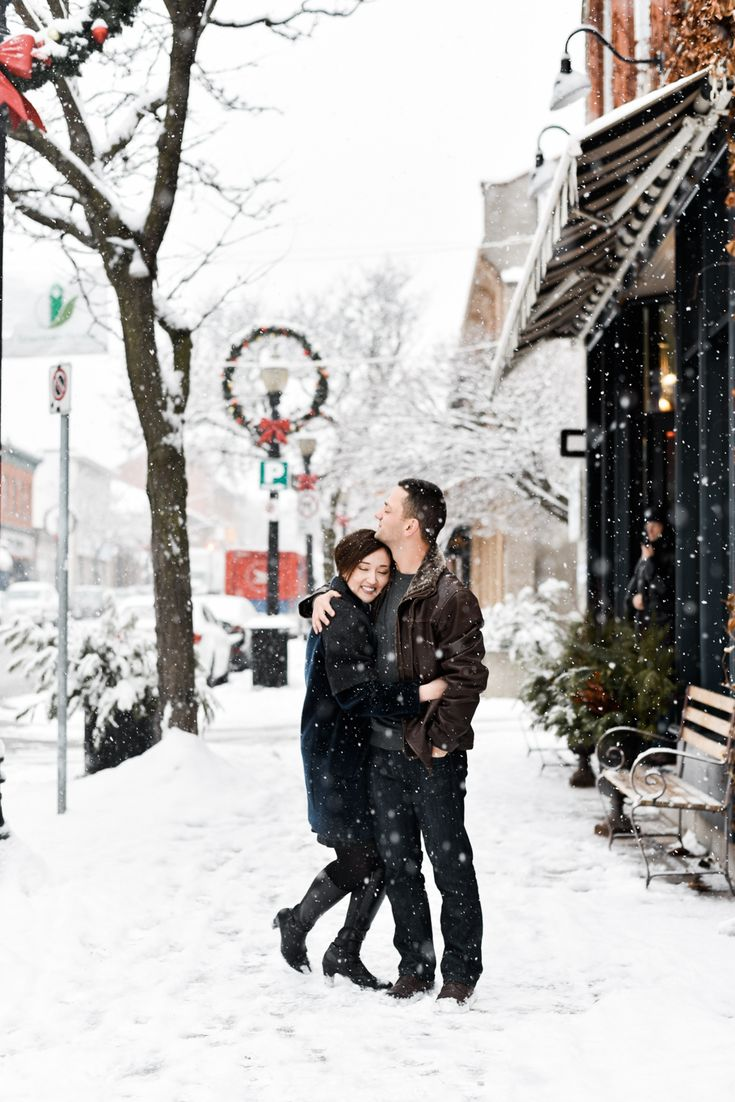 This Dundas, Ontario engagement session has the most beautiful winter snowfall you could ask for. Big snowflakes and all! Made for gorgeous photos. Photography by Alix Gould.