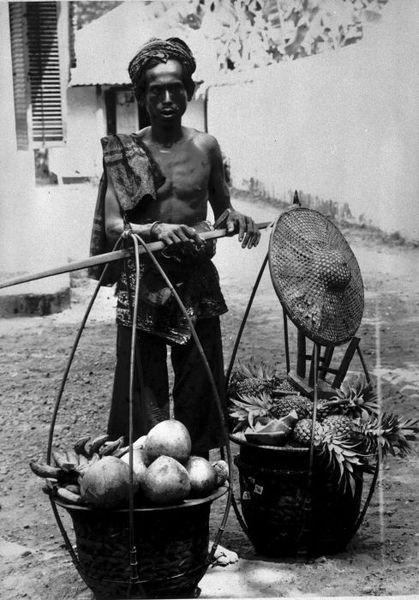 pikulan fruit seller, Jakarta 1885