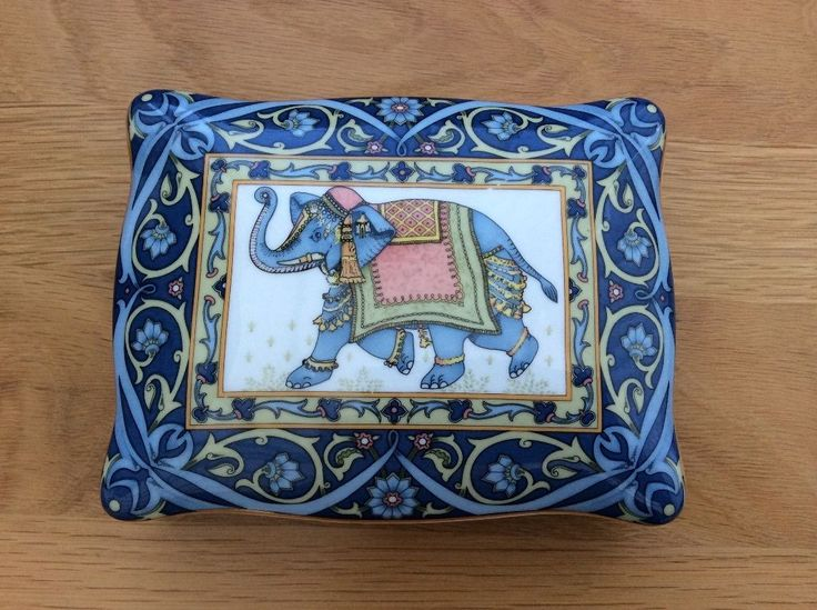 Wedgewood beautiful large box containing two wrapped packs Wedgewood designs