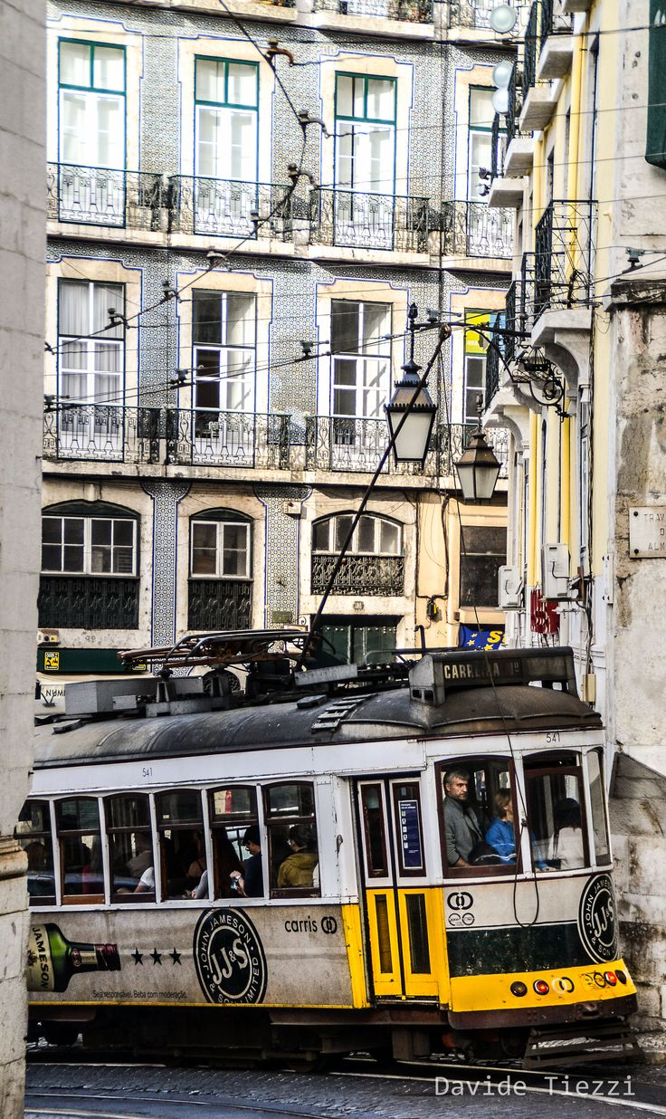 Lisbona. Il volto nuovo di una città   Via Tangibiliemozion Blog   4/12/2015 Nel suo libro Memoriale del Convento, Josè Saramago raccontava così la piazza principale di Lisbona. La preparazione pre partenza per Lisbona e #portogalloswap, in questa edizione ha avuto un carattere del tutto speciale. L'avvicinamento al viaggio non è stato preparato solo attraverso le letture di guide ma anche attraverso la letteratura narrante i luoghi che avremmo scoperto con i nostri occhi e le nostre…