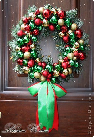 вчера общими усилиями с Олей Герасиной и Любовью Федоровой(зимней вишенкой) родился вот такой рождественский веночек!))) Девчоночки вы мои спасибо Вам большое за помощь!!! еще есть дерево из елочных шаров,но его я не захотела фотать мож завтра........ фото 1