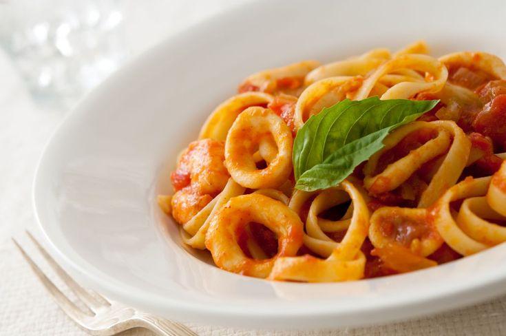Μακαρονάδα με σάλτσα ντομάτας και καλαμάρια – Botrini.gr – Απολαυστικές συνταγές από τον σεφ Έκτορα Μποτρίνι.