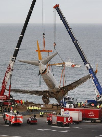 Crane being used to remove Pegasus Airlines Flight 8622 off a cliff in Turkey