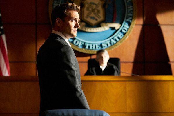 Harvey e Louis são ameaçados em Suits - http://popseries.com.br/2017/07/30/suits-7-temporada-divide-and-conquer/
