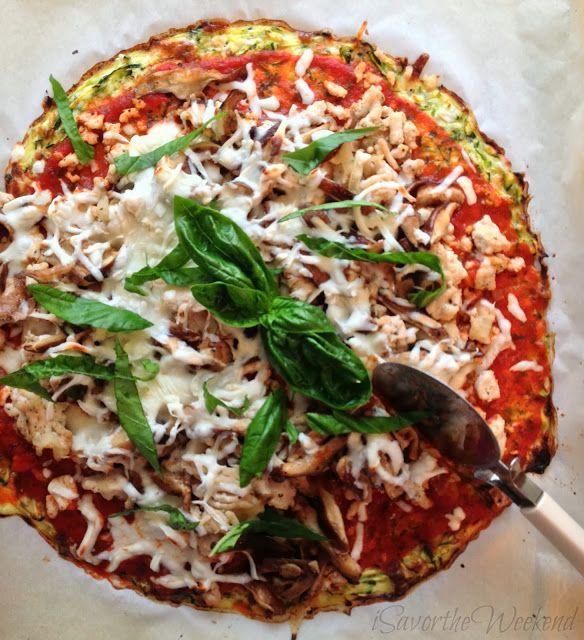 Pizza libre de masa 2 huevos pequeños 3 pequeños calabacines 1 1/2 tazas de queso parmesano rallado 2 cucharadas de aceite de oliva 1 cebolla pequeña, picada 4 dientes ajo, picado 1 recipiente pequeño en setas 500 gr de pollo molido 1 taza de salsa marinara 1 taza de queso mozzarella sin grasa hojas de albahaca frescas, cortadas