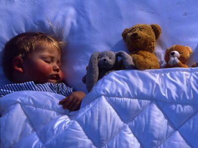 Los ciclos del sueño, que son tan personales como las huellas dactilares, se van configurando a la par que el desarrollo del bebé en otras áreas. Pero crear hábitos a la hora de dormir, siempre adecuados a su edad, puede ayudarle a descansar bien, como respetar sus horarios de levantarse y acostarse, incuso los dáis de fiesta.