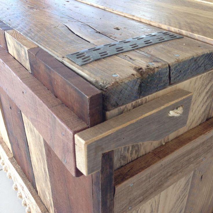 Pallet houten kastje voor stereo en digitale apparatuur. Met touw als scharnier en opening aan achterkant voor kabels en stekkerdozen.