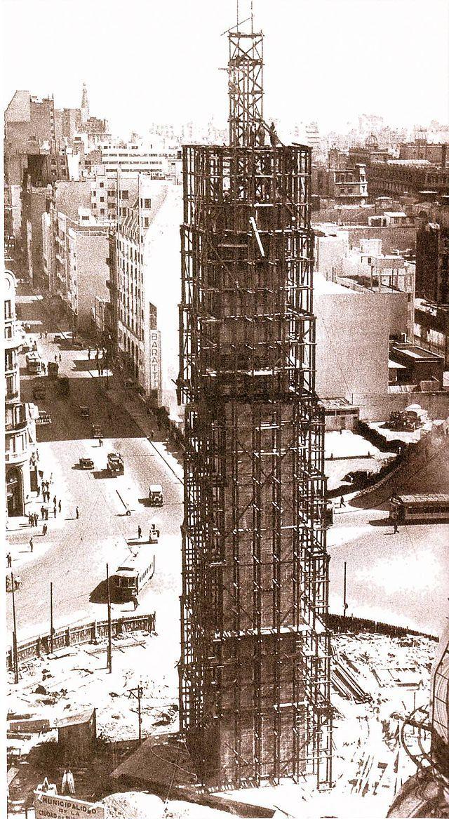 El obelisco de Buenos Aires, en plena construcción, 1936. De 67,5 Metros