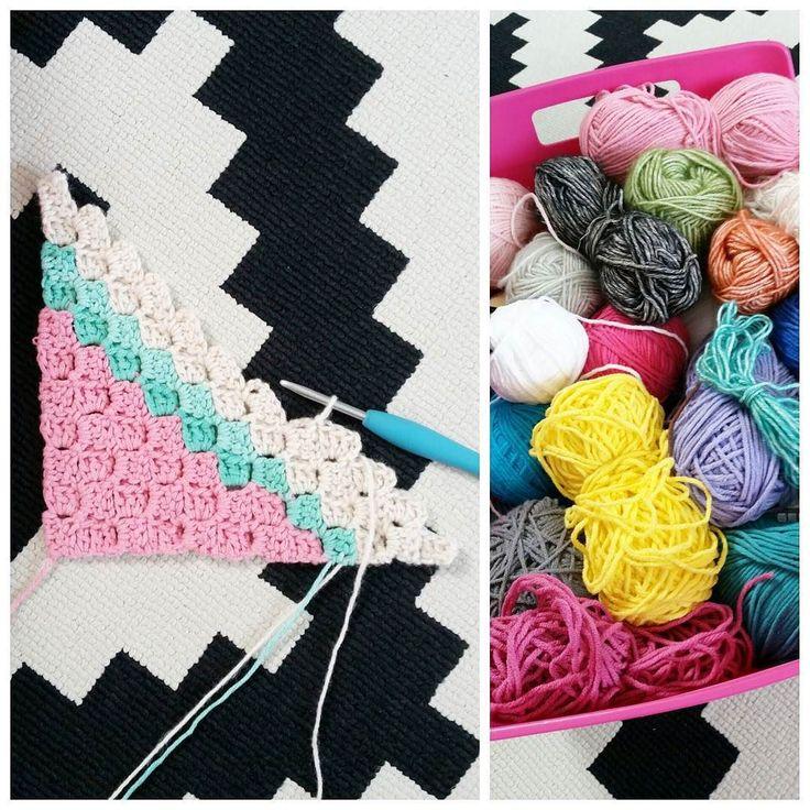 De plannen zijn gewijzigd... Ik ga hiervan een fijne c2c deken maken. Dat haakt lekker snel en makkelijk  Een granny deken komt later nog wel ik denk de tomeloos haken deken van koffie & wol. Maar ik moet dus eerst wat bolletjes weghaken voordat ik ruimte heb voor wat nieuws  #haken #hakeniship #hakenisleuk #c2c #cornertocorner #restjesdeken #crochet #crochetblanket by mariongroeneveld