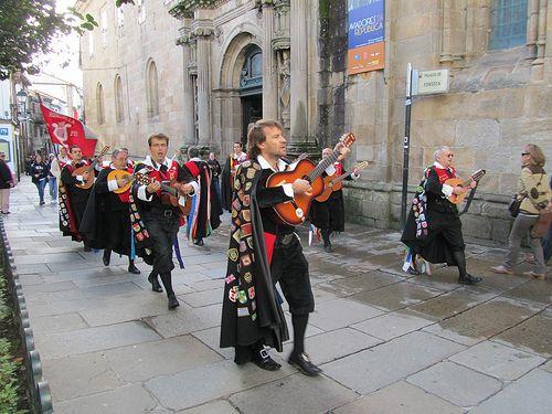 Santiago de Compostela LA TUNA.....siempre cantando por las calles.....