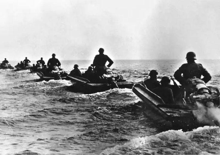 Немецкие саперные штурмовые боты на Чудском озере.  Саперные штурмовые боты  оснащались бензиновым мотором водяного охлаждения Maybach S5 мощностью 30 л.с. Грузоподъемность, включая расчет из 6 человек, составляла 1.7 тонн.  Интересен способ управления этим плавсредством, под названием «Pionere Sturmboot 39». Рулевой при движении прямо, стоял спиной к двигателю держась за рукояти управления обеими руками и обеспечивал повороты двигателя и соответствено бота, перемещением корпуса в стороны. А…