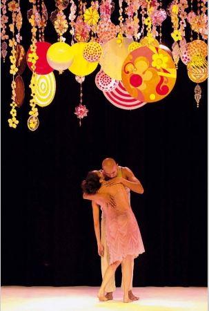 Amir Sfair Filho  Móbile-cenário para a coreografia Meu prazer, de Marcia Milhazes