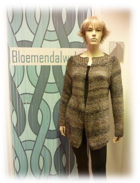 Naar eigen ontwerp als reactie op Kyro by Kim of de Bernadette vesten. Dat kunnen wij ook!!! www.bloemendalwol.nl
