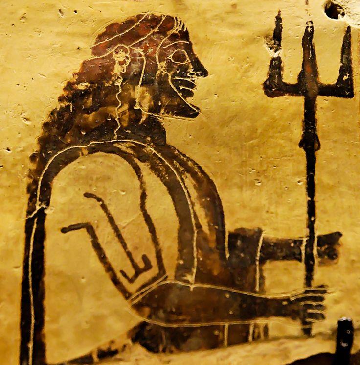 POSEIDÓN / NEPTUNO. Dios del mar y de las aguas. Poseidón portando su tridente. Placa de cerámica corintia procedente de Penteskouphia, 550-525 a. C.