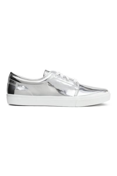 Buty sportowe metaliczne: Sznurowane buty sportowe z imitacji skóry o srebrzystej metalicznej powierzchni. Tekstylne podeszwy wewnętrzne i wyściółka. Gumowe podeszwy zewnętrzne.