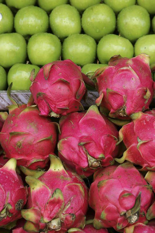 Dragon fruit, lohikäärmehedelmä tuo raikkaan tuulahduksen Thaimaalaiseen hedelmäsalaattiin. #Thailand #Aurinkomatkat