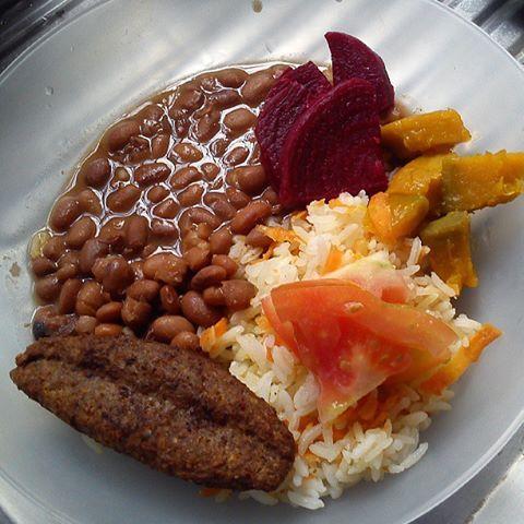 Kibe assado, arroz com cenoura, feijão, beterraba e abobora..