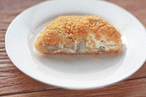 Фото к рецепту: Курица с грибами в слоеном тесте