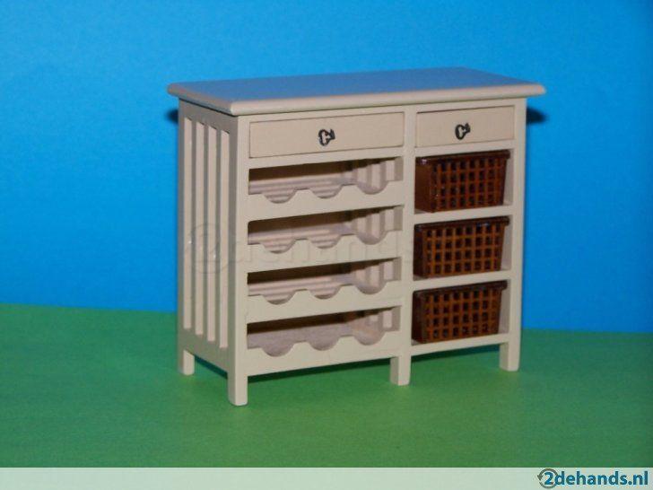 Modern houten keukenkastje met lades, wijnrek en uitneembare plastic mandjes in schaal 1:12. Ideaal voor uw poppenhuis. Hoogte: ca. 9,4cm, breedte ca....