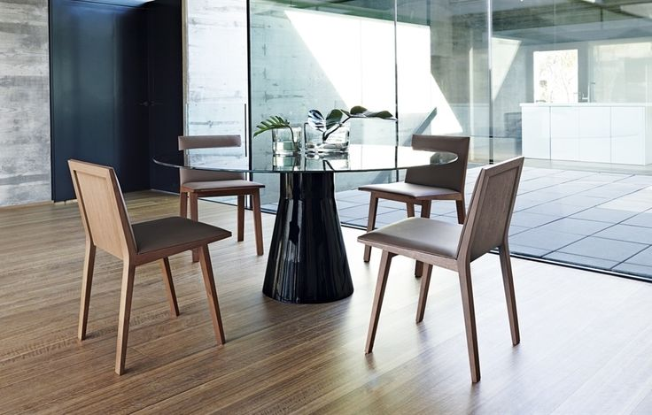 Silla tapizada ¨Moody¨ y mesa sobre cristal modelo ¨Reverse¨.