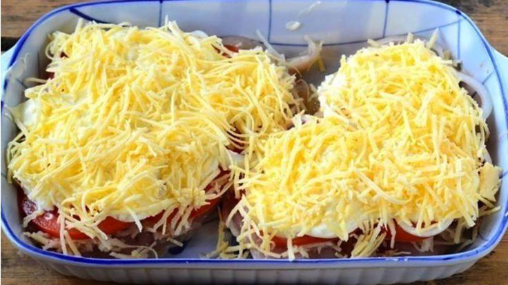Kuracie prsia posype 100 g strúhaného syra a pridá 1 paradajku! Vznikne luxusné jedlo pre celú rodinu!