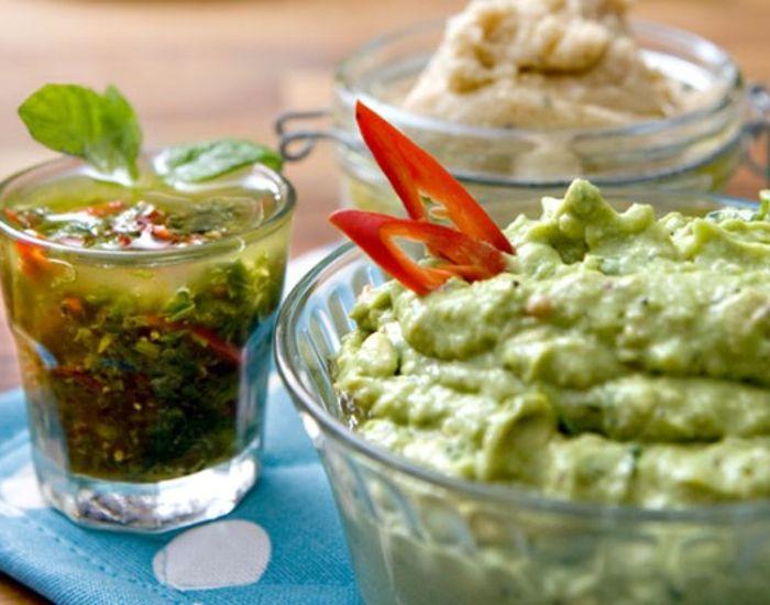 Lækker og frisk guacamole med koriander, som kan spises som tilbehør.