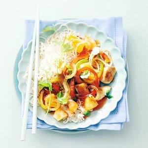 Zoetzure kip: kipfilet, ui, wortel, rode paprika, ananas, chilisaus, ketjap, azijn, zout & zwarte peper. Met rijst.