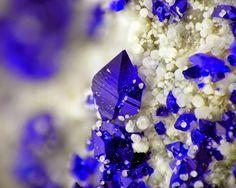 Callaghanite azul na hidromagnesita branca