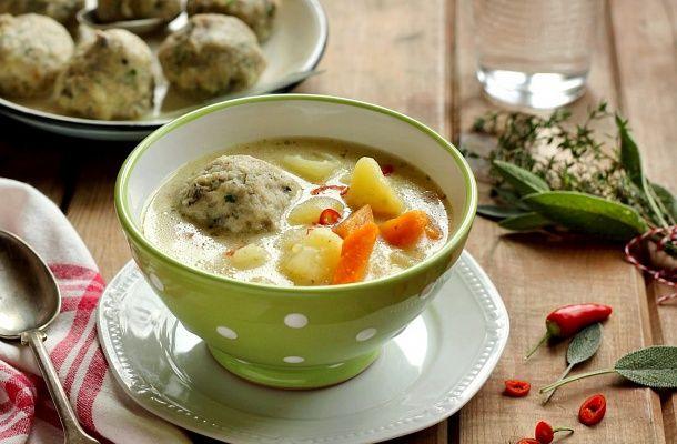 Ebben az egyszerű gombócos krumplilevesben fantasztikus ízek keverednek.