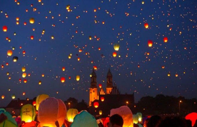 人気ディズニー映画「塔の上のラプンツェル」のモデルになったお祭りとして、タイ・チェンマイの「コムローイ祭り」は近年人気のお祭りとなり、ウェブ上でも多く美しい夜空に舞うスカイランタンの写真や映像が見られるようになしました。しかし、そのコムローイ祭りの美しさに勝るとも劣らないランタン祭りがあるんです!ポーランド最古の都市ポナズンで夏至を祝い、6月に開催される「聖ヨハネ祭」。何万ものランタンが打ち上げられ、ラプンツェルの名シーンを彷彿させる光景は何とも言葉にならない幻想的な美しさです。