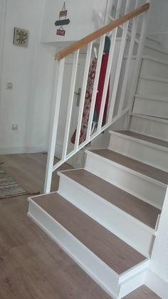 Resultado final de la escalera de Lorena Parra tras cubrir la cerámica con suelo vinílico adhesivo y pintura. ¡Entra en su proyecto y descubre sus #ideasconvida low cost!