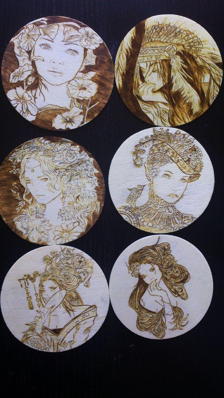 """La primera de una serie de colecciones de 6 posavasos pirograbados. Selección """"Mujeres"""" próximamente más arte a tu alcance. #pyrography #burning #pirograbado #arte #posavaso #madera #handmade #artesania #ElAtlasDeLasNubesBlog @ElAtlasDeLasNubes https://www.facebook.com/ElAtlasDeLasNubesBlog/"""