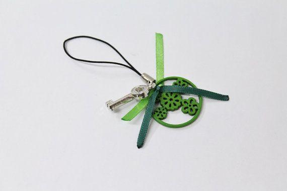 Ciondolo charm cerchio di legno verde con fiori di Unavitaacolori, €3.00