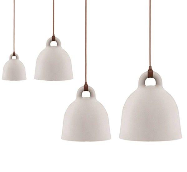 Bell lampada a sospensione di Andreas Lund & Jacob Rudbeck perNormann Copenhagen, in acciaio laccato e cavo in tessuto. Bell è una lampada a sospensione che s'ispira alla forma di una campana. La superficie, uniforme e curvilinea, conferisce alla lampada un aspetto elegante. Curata nei dettagli, come il raccordo tra il filo e il corpo della lampada. Bell è versatile e disponibile in diverse misure. Può essere facilmente inserita in diversi ambienti grazie alla sua estetica essenziale. Ø…