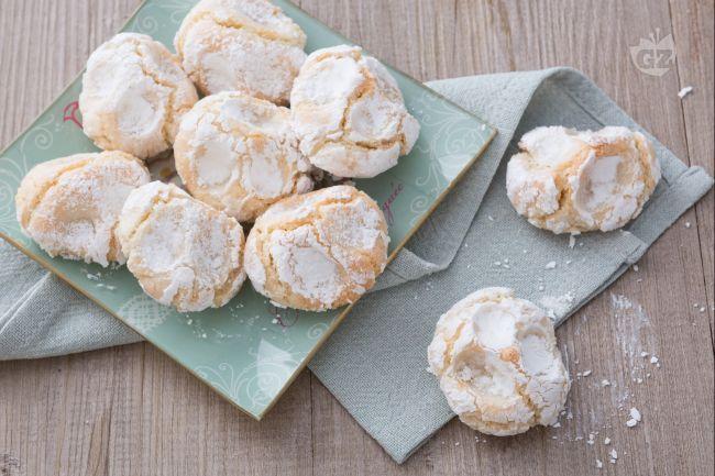 I pizzicotti di pasta di mandorle sono tradizionali dolcetti siciliani dalla forma irregolare, deliziosamente morbidi e ricoperti di zucchero a velo!