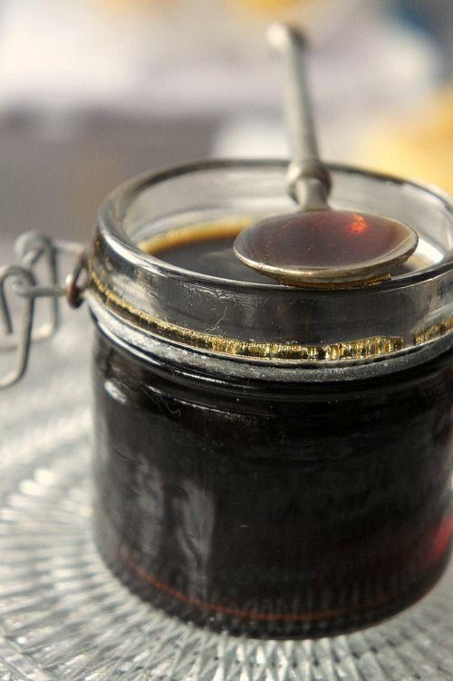 Pour vos pâtisseries, crêpes, glaces ….. du sirop de café maison ! Simple à exécuter, mais précis : Ingrédients (pour une petite bouteille) : – 240 g de sucre semoule blanc, – 1 expresso (120 ml). Préparer un caramel à sec : Saupoudrer le fond d'une poêle avec du sucre. C'est juste pour recouvrir la surface finement. Mettre sur feu moyen. Quand le sucre se liquidifie, re-saupoudrer par dessus. Même quantité. Quand le tout se reliquidifie, recommencer la même opération. Normalement, la…