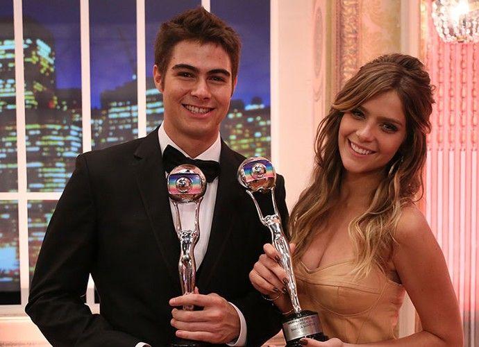 Isabella Santoni e Rafael Vitti comemoram prêmio por papéis em Malhação (Foto: Isabella Pinheiro/Gshow)