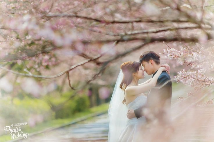 With natural beauty as the backdrop, this prewedding photo is bursting with enchantment!