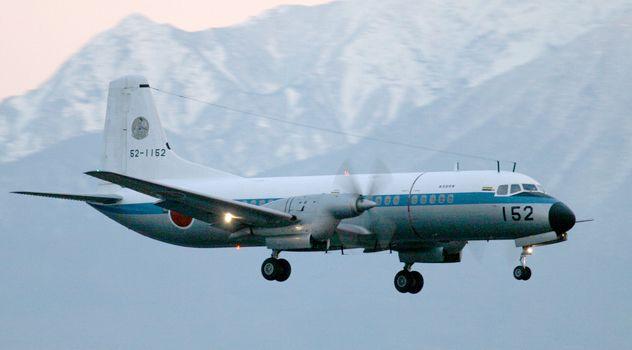 YS-11 日本の航空技術陣の手で生まれた戦後初の国産中型輸送機です  YS-11は、T-1ジェット練習機とともに、日本の航空技術陣の手で生まれた戦後初の国産中型輸送機です。第三次防衛計画末までにP型(人員輸送)4機、PC型(貨物・人員混載)1機、FC型(飛行点検機)1機、C型(貨物専用)7機の計13機を取得しました。なお、C型は物資の空中投下はできますが空挺降下はできません、また、航空自衛隊では、この13機で装備を打ち切っています。