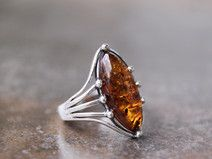 From Poland. A 'styling' little sterling silver and Baltic cognac amber ring. Anillo de plata 925 con ambar baltico.