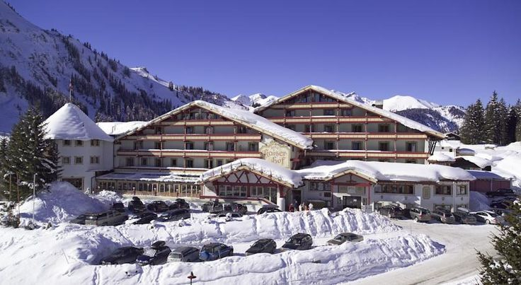 Familien- & Kinderhotel Kaiserhof Berwang The Kaiserhof in Berwang in the Zugspitz Arena Ski Area offers an 1,100 m² spa area including beauty treatments and physiotherapy. In winter, the ski slopes can be accessed at the doorstep.